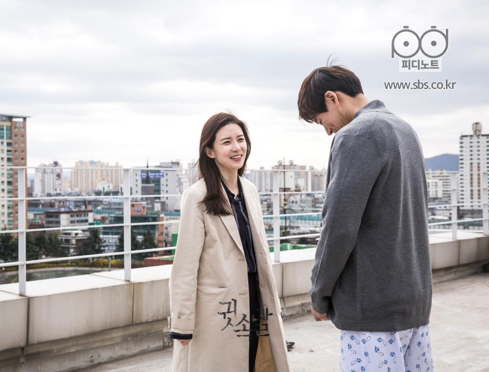 병원 옥상 위에서 서로 마주보며 미소를 짓고 있는 영주와 동준의 비하인드 이미지