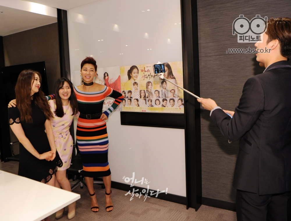 왼쪽에 김다솜, 진지희, 변정수 어깨동무를 하고 있고 그 모습을 핸드폰 카메라로 촬영하는 이지훈