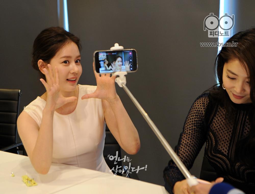 양손 활짝펴서 귀여운 포즈를 하고 있는 김주현, 오른쪽엔 오윤아