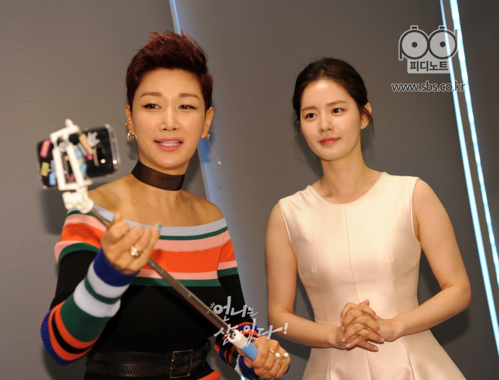 셀카봉을 들고 찍고 있는 변정수(왼쪽) 옆에 두 손 모은 자세인 김주현(오른쪽)