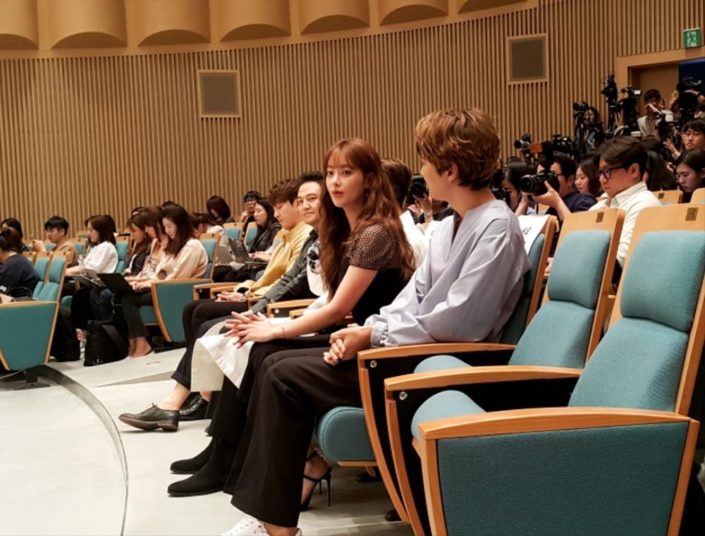 각자의 자리에 앉아서 대기 중인 엽기적인 그녀의 섬남섬녀 배우들 이미지