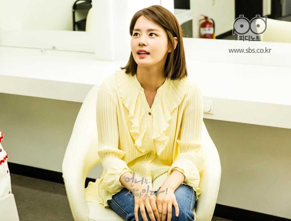 두 손바닥을 무릎에 놓고 의자에 앉아있는 하리(김주현 분)