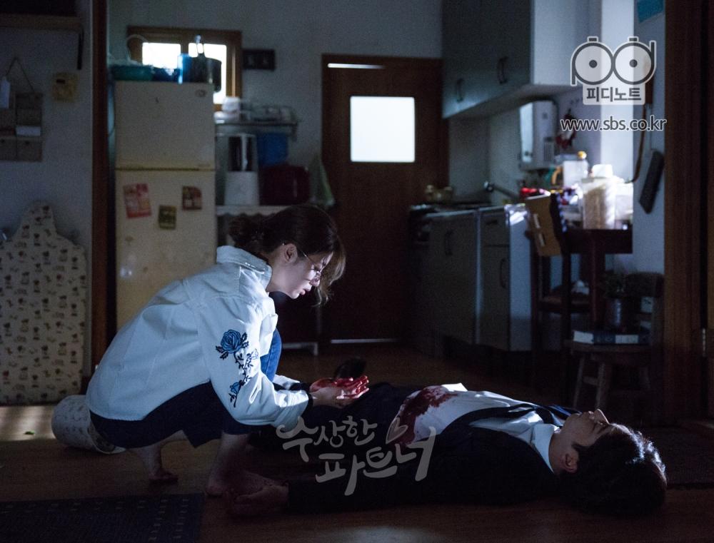 그랬던 희준이 봉희의 집 안에서 살해당한 채 발견이 되고, 봉희는 그런 희준 앞에 손에 피를 묻힌 채 멍하니 보고 있다.