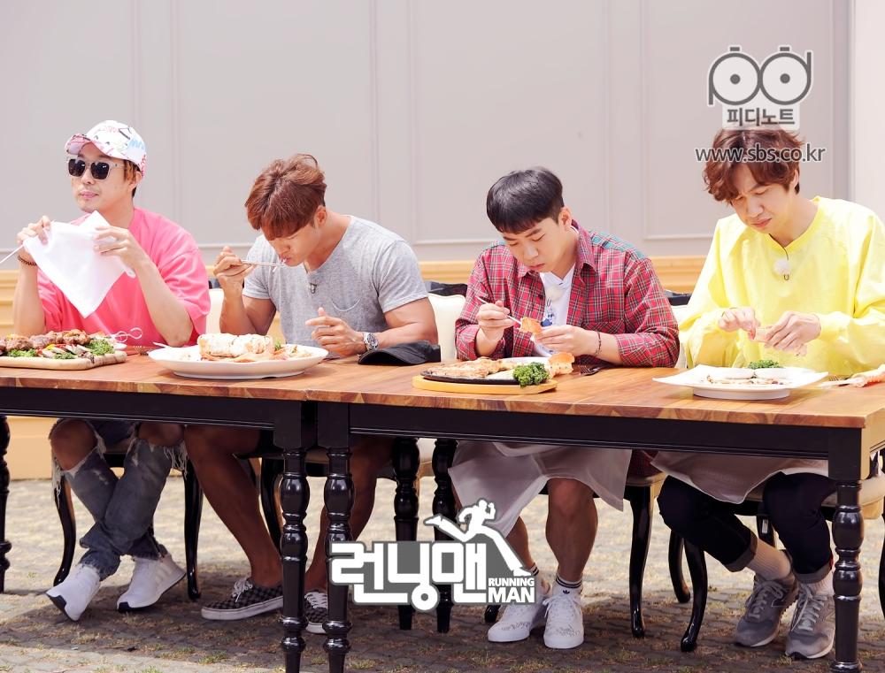 멤버들 모두 집중해서 음식을 먹는 모습