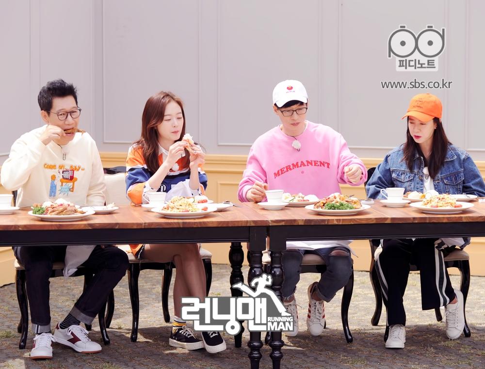 멤버들 모두 집중해서 음식을 먹는 모습 2