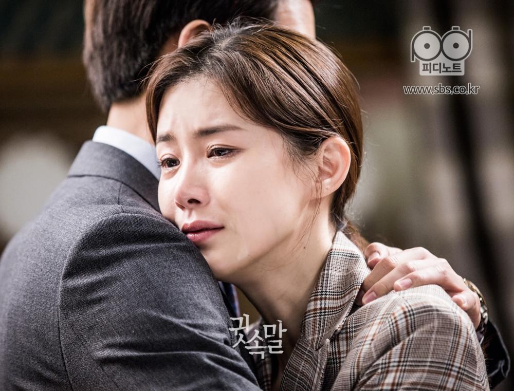 이보영이 당장이라도 눈물을 흘릴 듯한 슬픈 표정으로 이상윤의 품에 안겨 있다