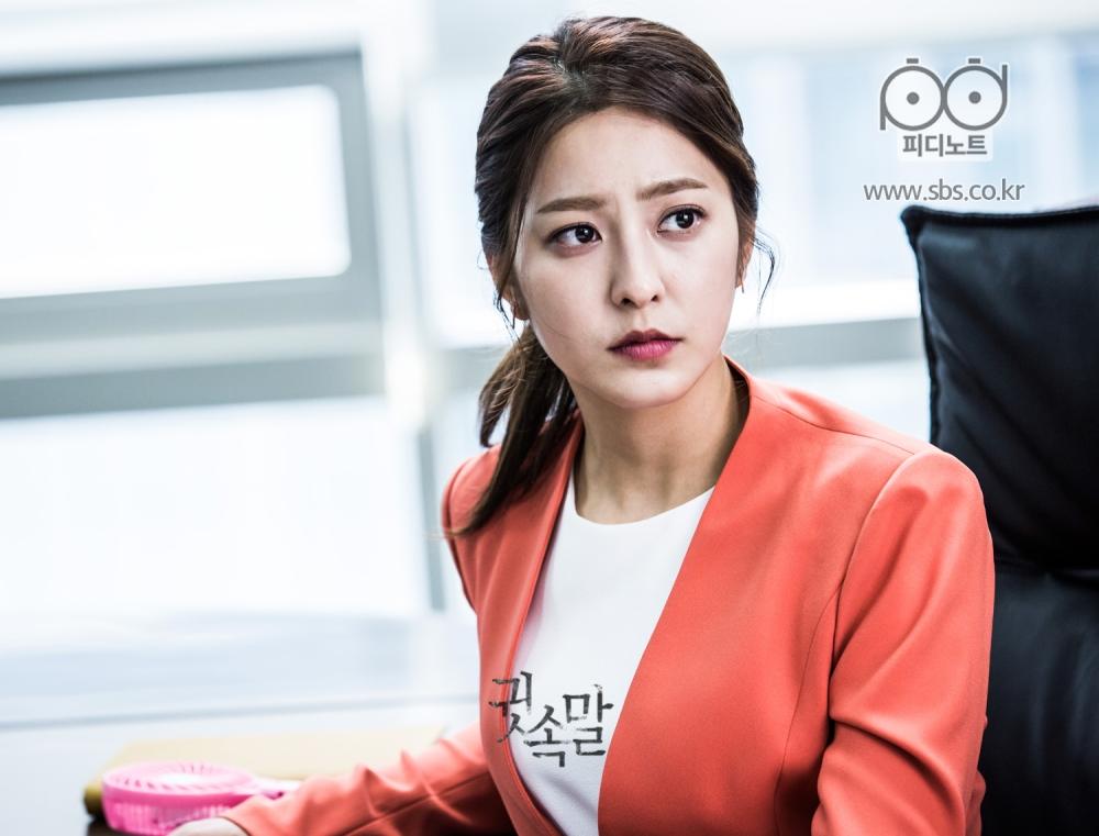 밝은 주황색 자켓을 입은 박세영이 심각한 표정으로 회의실에 앉아 있다