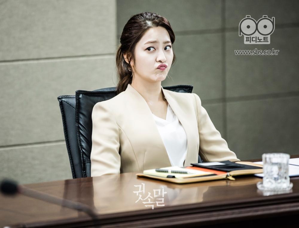 박세영이 회의실 의자에 앉아 불만이 있다는 듯이 장난스럽게 입을 쭉 내밀고 있다