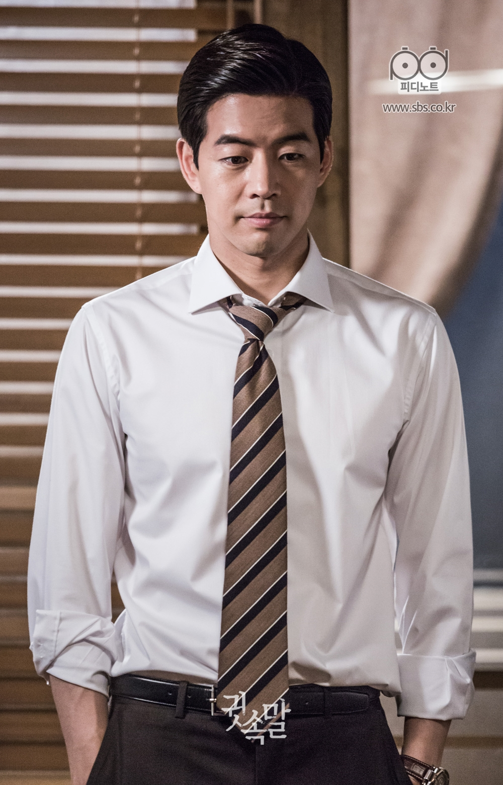 와이셔츠 소매를 걷어 올리고 넥타이도 살짝 푼 채 아래를 응시하고 있는 이상윤