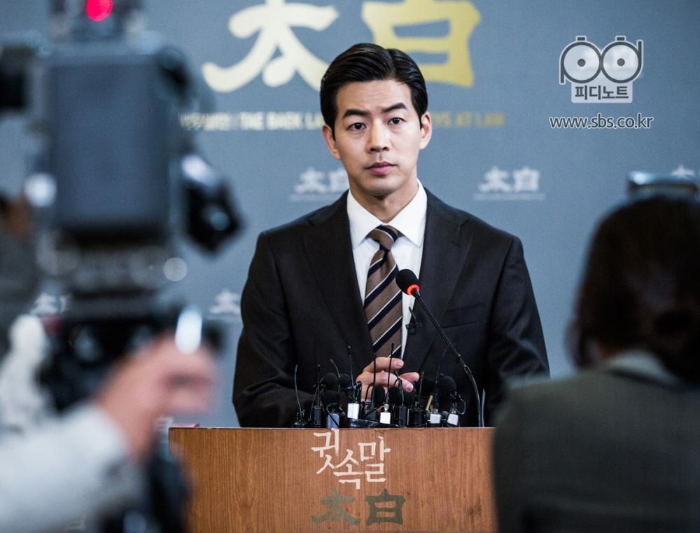 태백이라고 크게 적힌 벽을 배경으로 기자회견을 열고 있는 이상윤