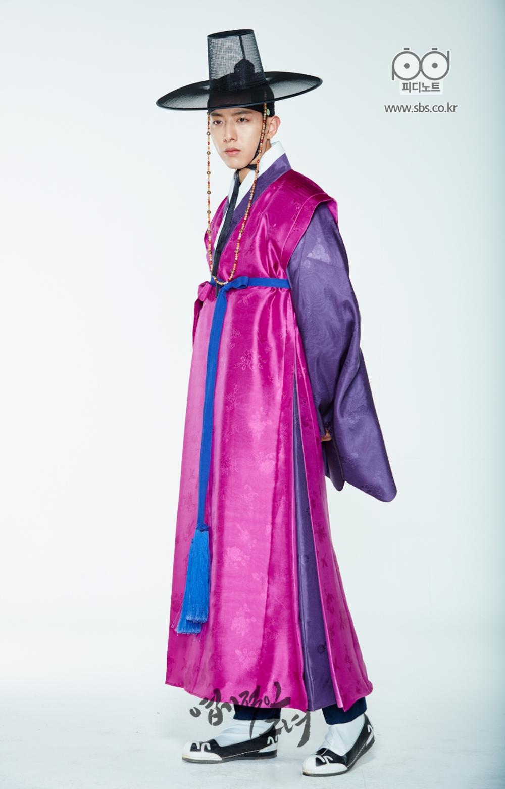 뒷짐을 지고 종사관 포스 뿜뿜하는 분홍 도포에 갓을 쓴 준영의 이미지