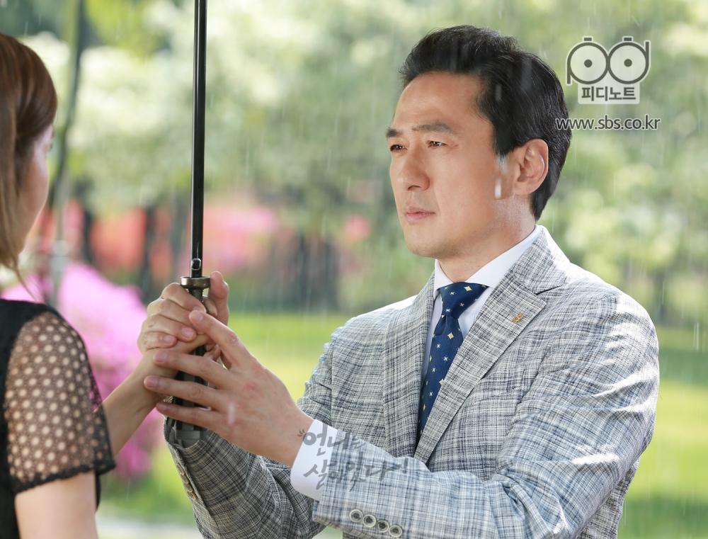 필모(정면)가 들레에게 우산을 쥐여주는 모습 2
