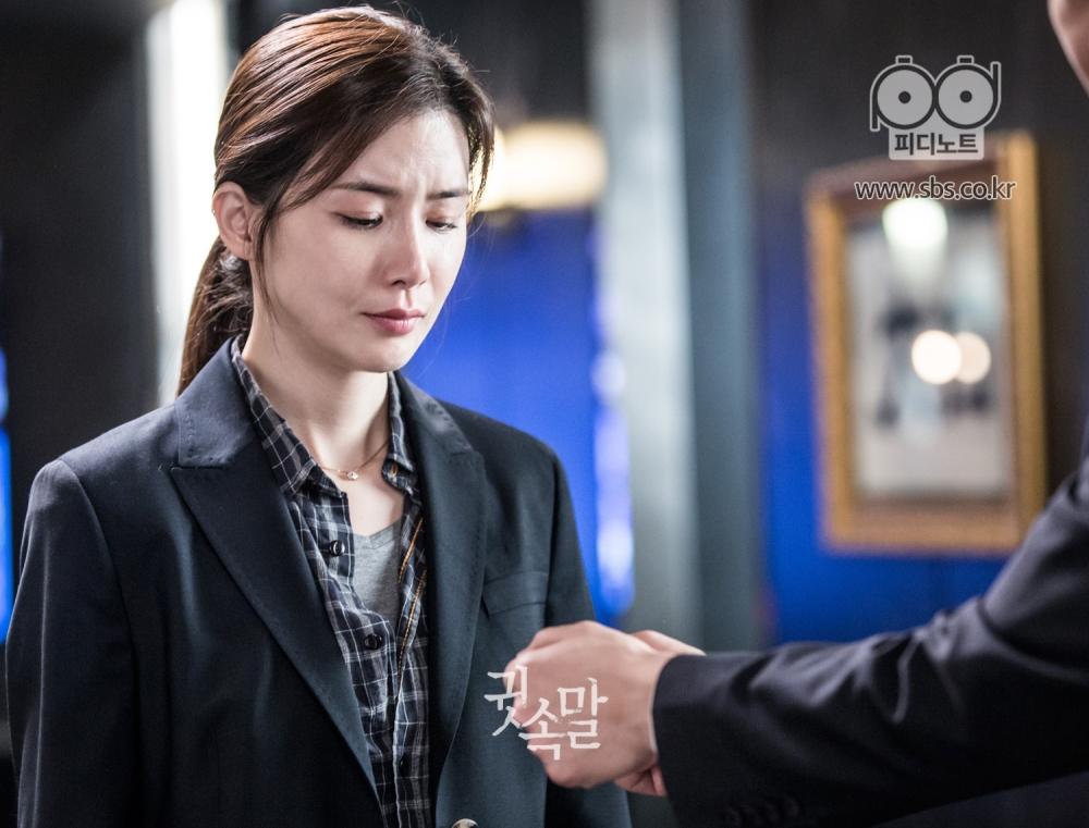 자신에게 수갑을 채우라며 손을 내미는 이상윤, 그 손을 슬픈 표정으로 바라보는 이보영