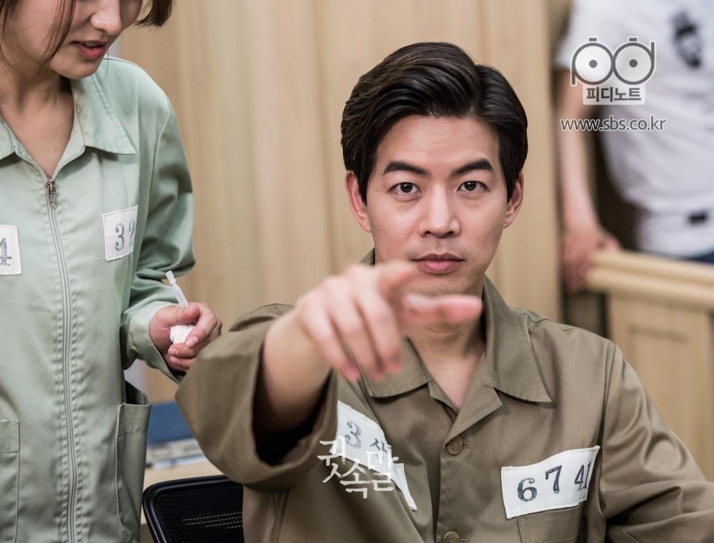 장난스런 표정으로 자신을 찍는 카메라에 손가락질을 하는 이상윤
