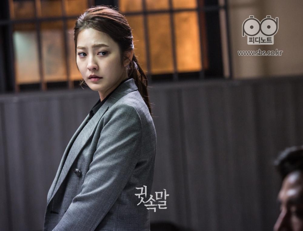 박세영이 취조실 안에서 당혹스런 표정으로 뒤를 돌아보고 있다