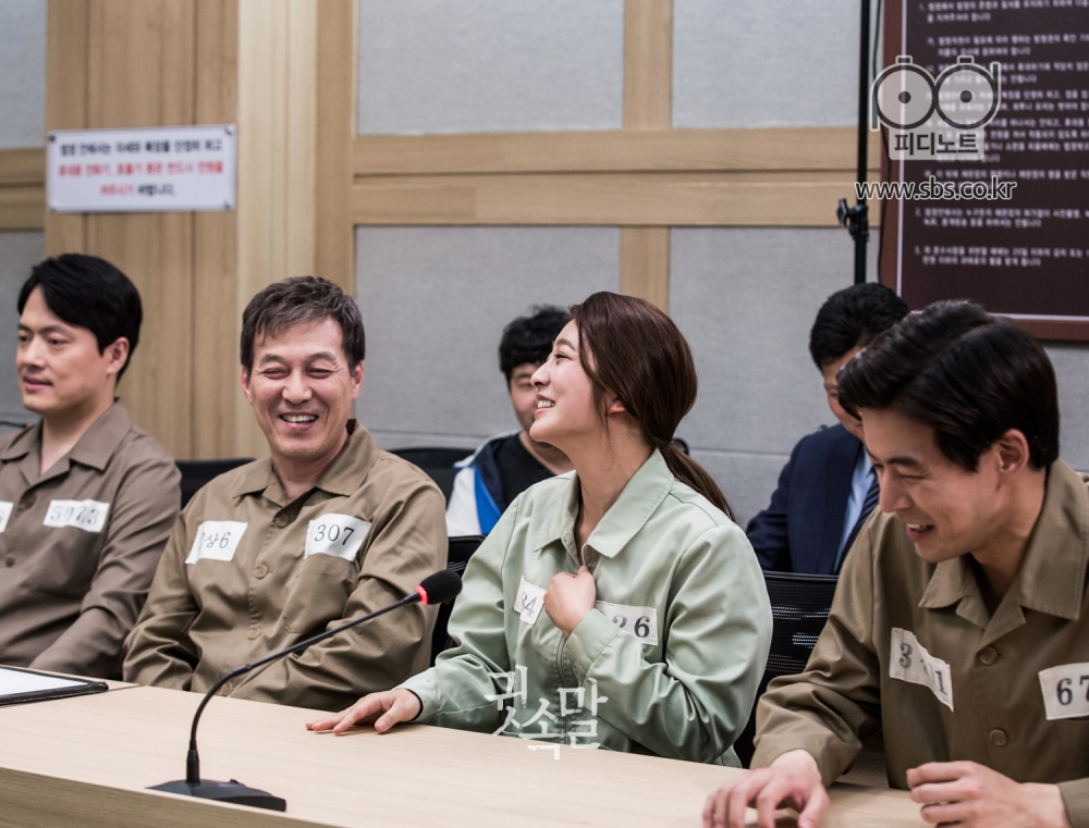 김형묵, 김갑수, 박세영, 이상윤이 나란히 앉아 웃음을 터뜨리며 밝은 얼굴로 대화하고 있다