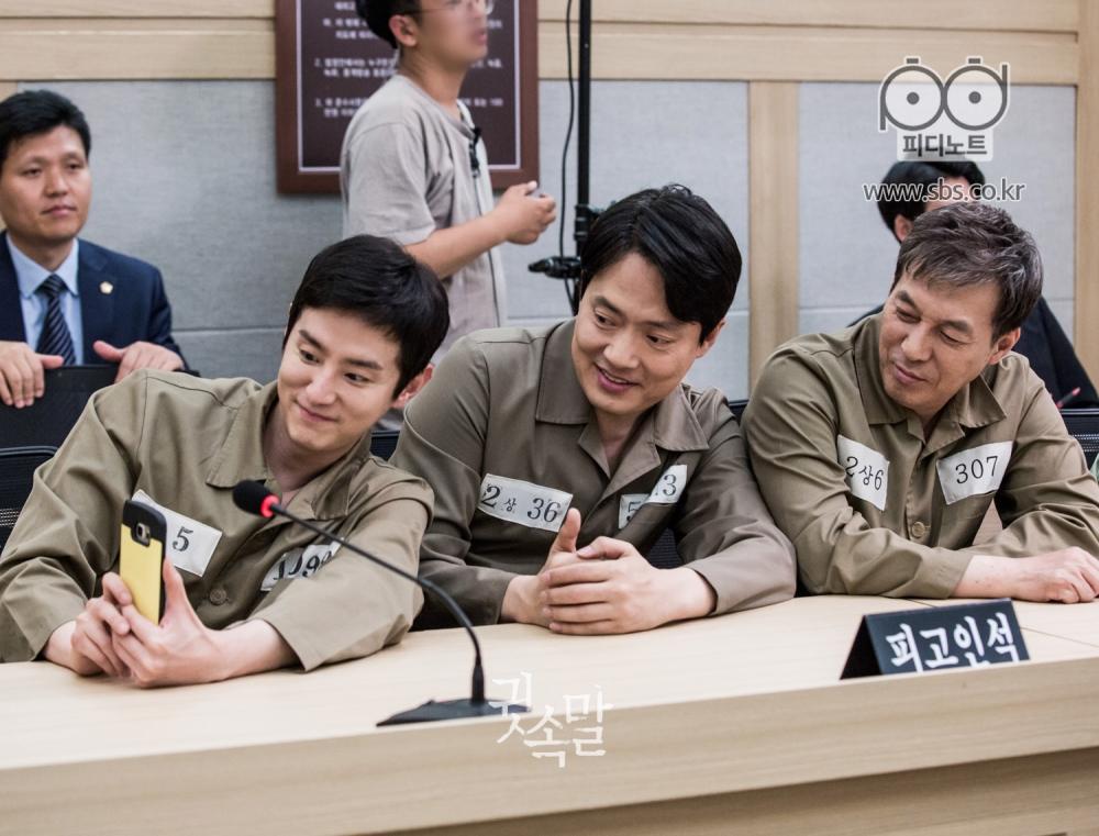 권율, 김형묵, 김갑수가 나란히 앉아 미소지으며 권율의 핸드폰으로 셀카를 찍고 있다