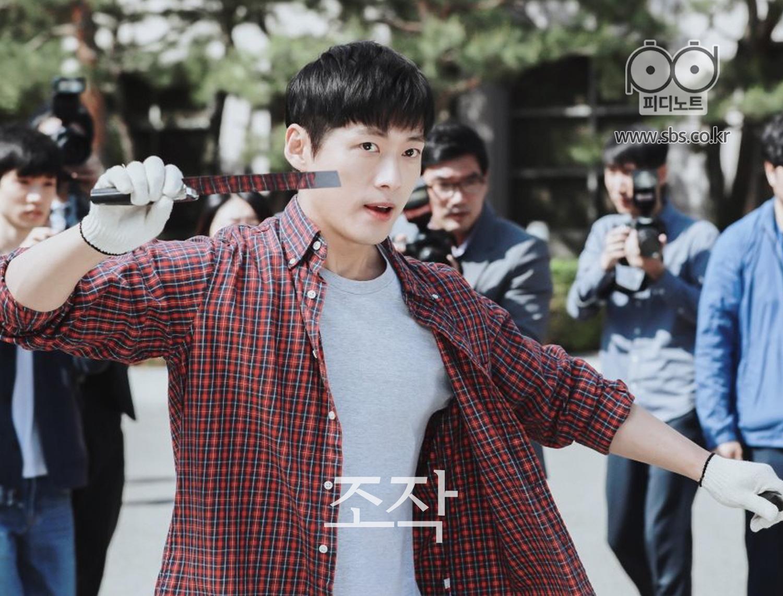 韓Muyoung圖像在某處查看劍