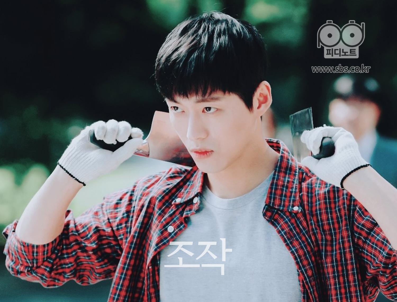 在每一個手拿著兩把刀像韓Muyoung盯著某處