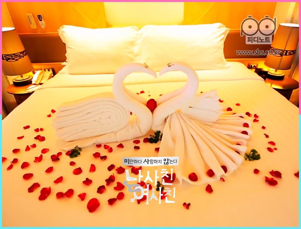 침대위에 백조 수건으로 로맨틱하게 꾸며진 모습