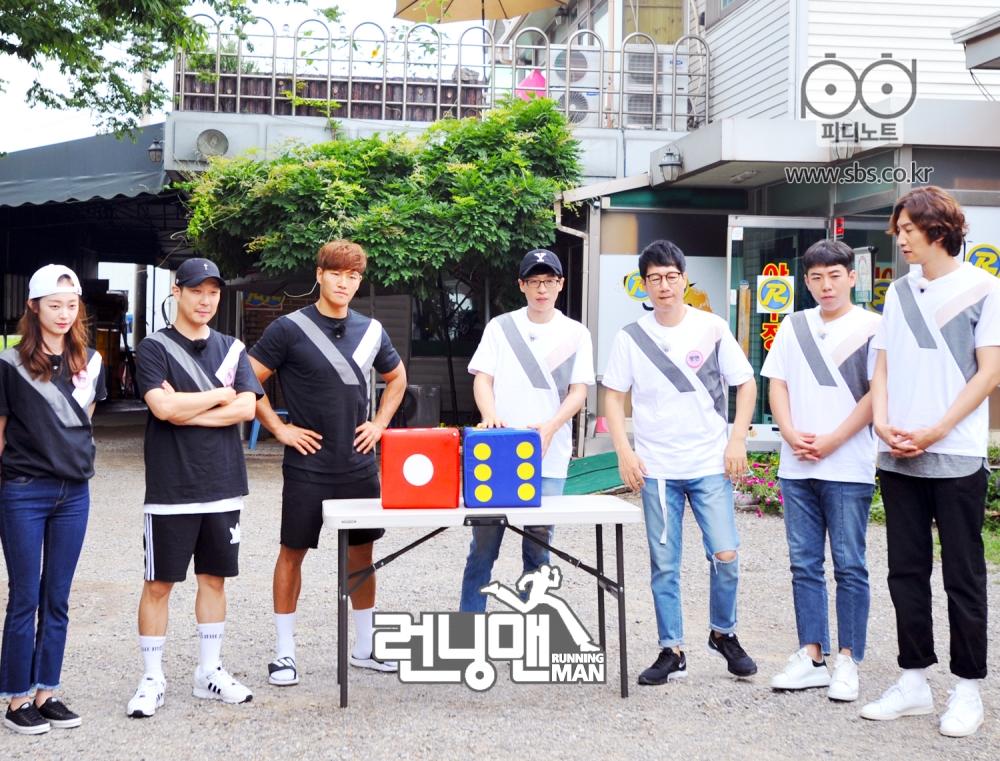 멤버들 다같이 서있고 주사위 놓여있는 모습