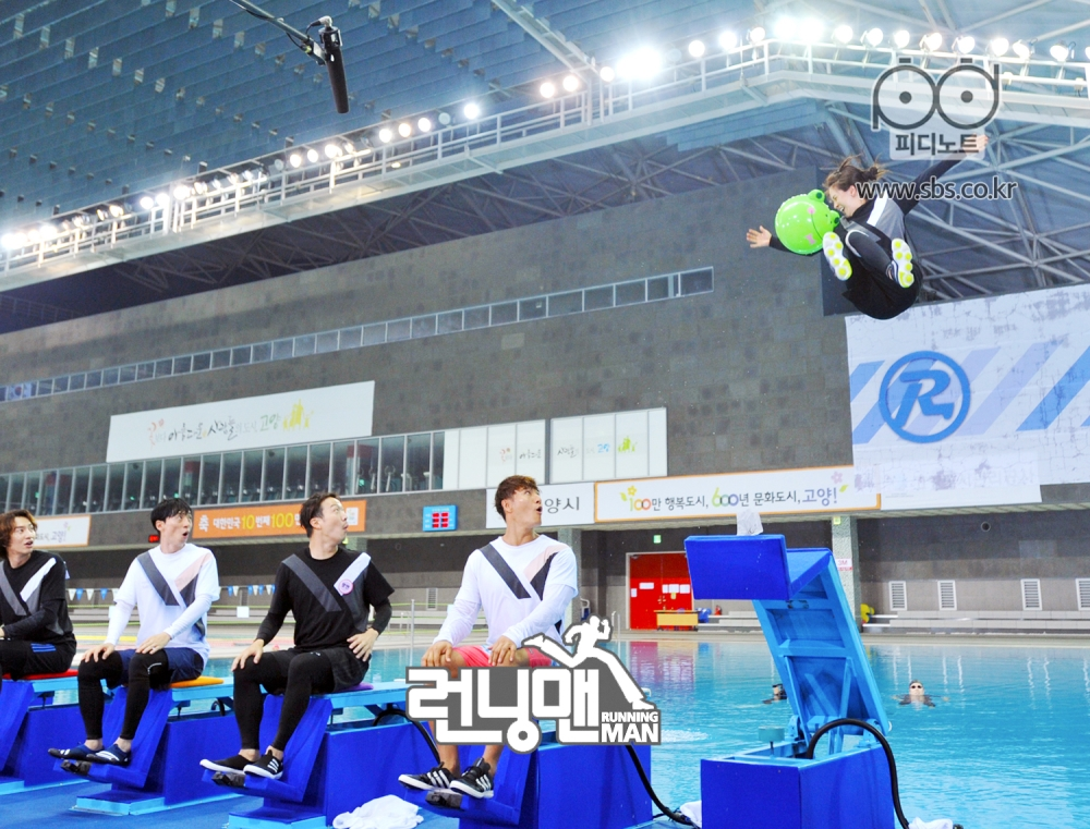 플라잉체어에 앉아있는 멤버들 튕겨져 나가는 송지효
