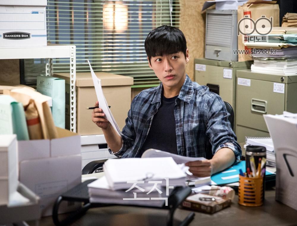 他帶著一臉微笑與文書工作namgung一張桌子前面邊分鐘hyeojyeo干擾圖像上的拍攝工作