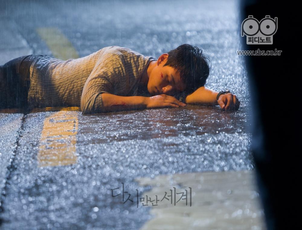 해철이의 건달 형님들한테 맞아서 길거리에 쓰러져 있는 해성이의 이미지