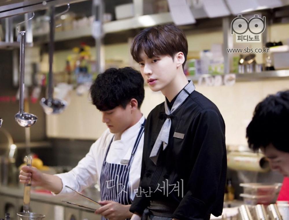 주방에서 요리사 복장을 갖추며 요리 중인 차민준의 이미지