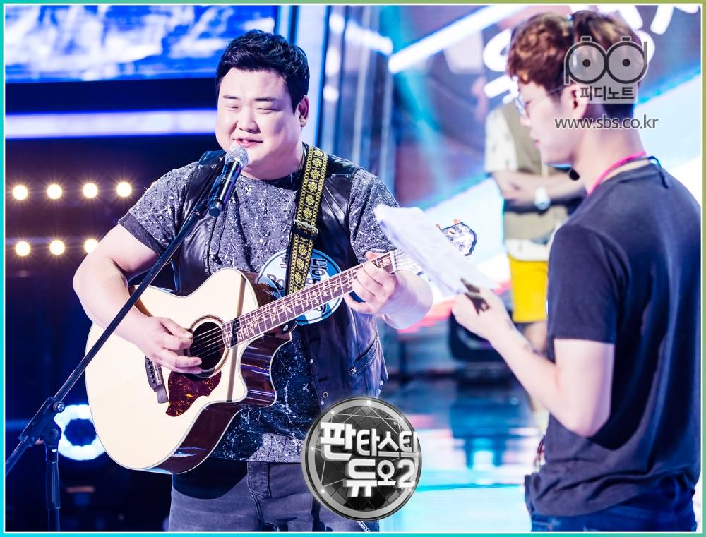 김준현 기타치면서 리허설하는 모습