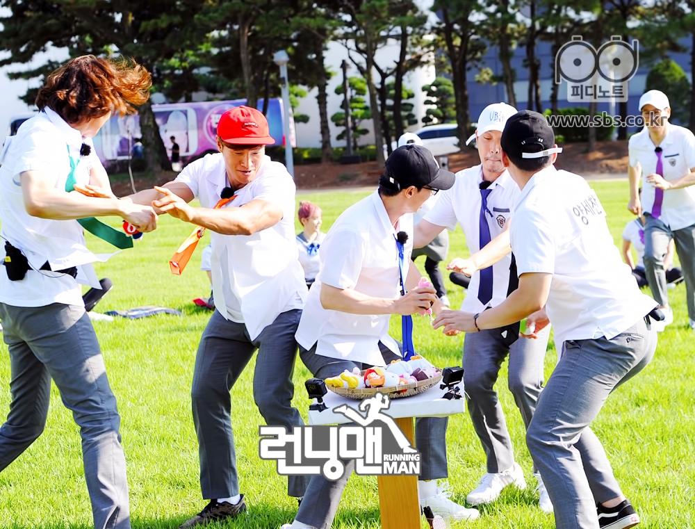 런닝맨 멤버들 모두 인형 잡으며 열심히 게임하는 모습