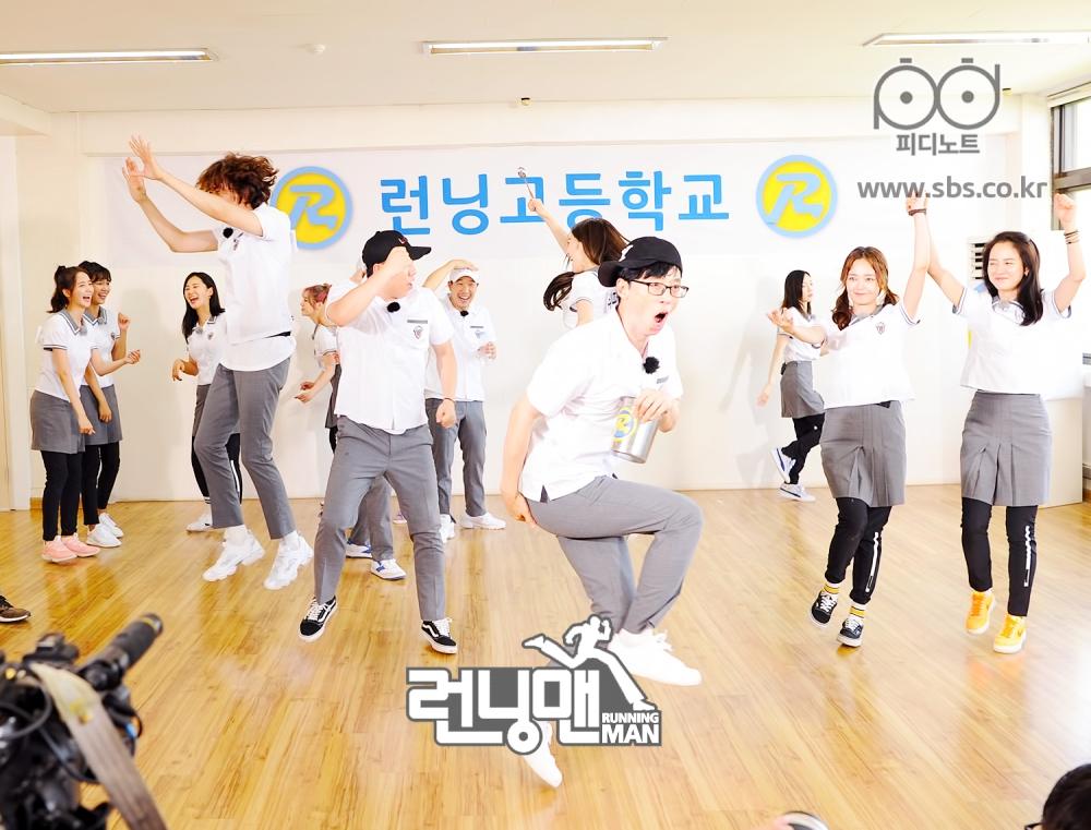 광란의 댄스 멤버들 함께 춤추는 모습