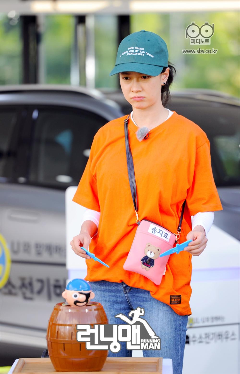 송지효가 통아저씨 앞에서 서 있다.