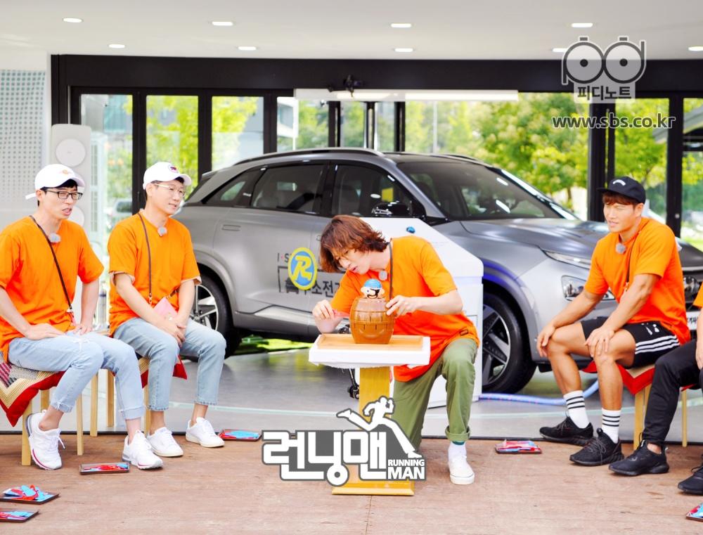 멤버들이 모여서 통아저씨 게임을 하고 있다.