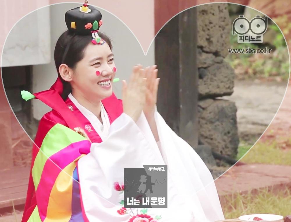 추자현이 혼례복을 입고 박수를 치고 있다.