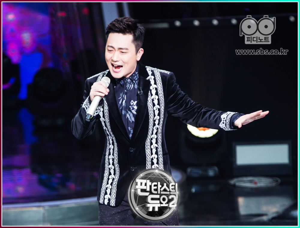 박현빈이 노래 부르고 있다.