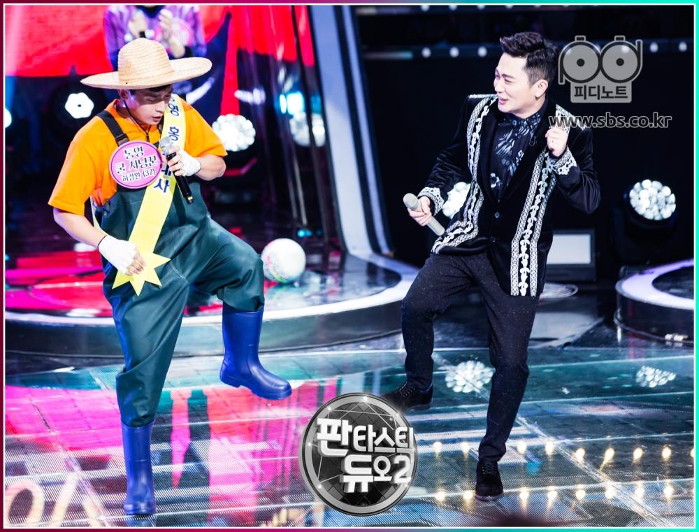 박현빈과 허경환이 춤을 추고 있다.