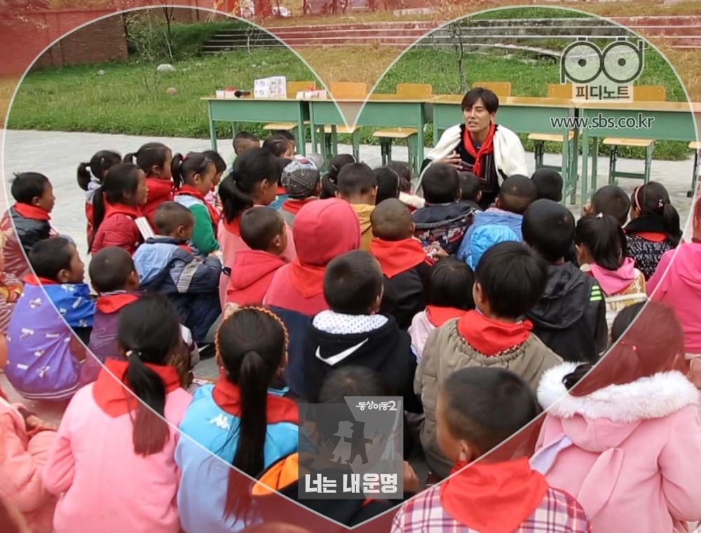 우효광이 초등학교에 와있다.