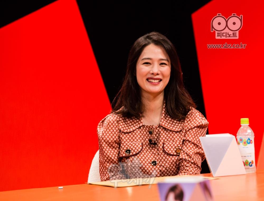 김현주가 앉아있다.
