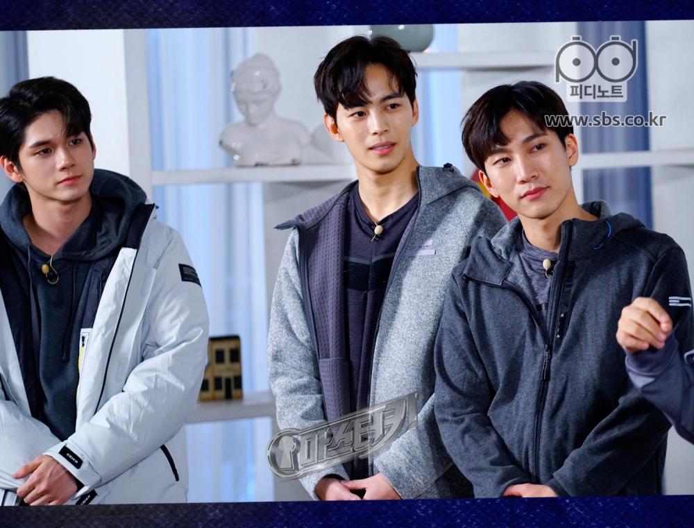 옹성우, 홍빈, 서은광이 룰 설명을 듣고 있다.