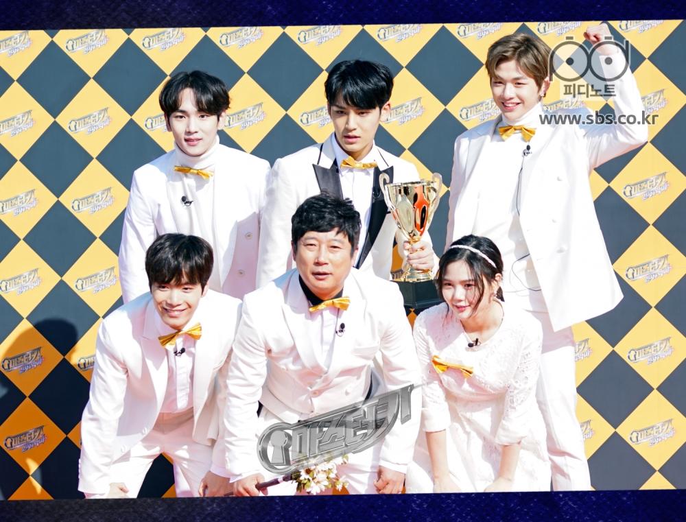 키, 민규, 강다니엘, 종현, 이수근, 효정이 사진을 찍고있다.
