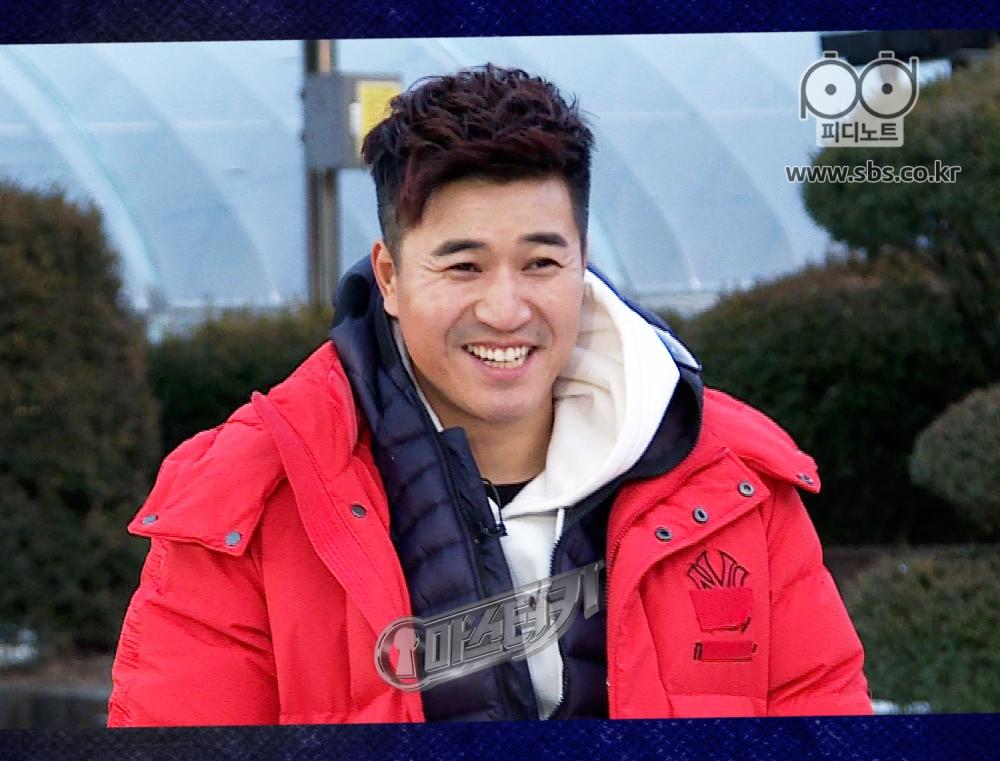 김종민이 룰을 듣고 있다.