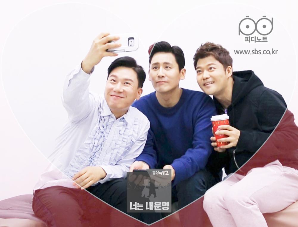 세사람이 함께 사진을 찍고 있다.