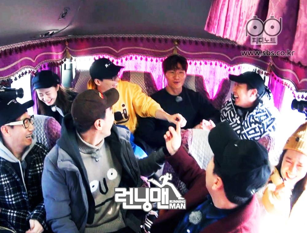 런닝맨 멤버들이 버스를 타고 있다.