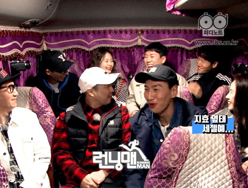 런닝맨 멤버들이 버스를 타고 이동중이다.