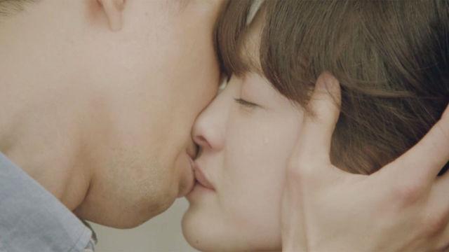 조인성♥송혜교, 평생 끝나지 않을 것 같은 '키스' 썸네일 이미지