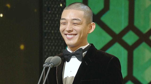 유아인, 남우주연상 시상 위해 등장 '파격 삭발' 눈길 썸네일 이미지