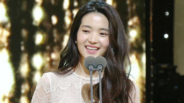 """'아가씨' 김태리, 신인여우상 수상 """"성장하는 모습 보... 썸네일 이미지"""