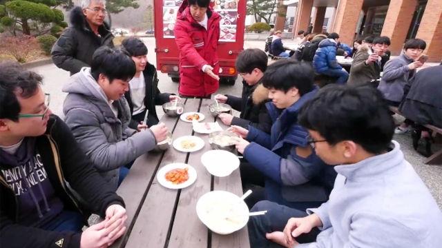 대학생들과 나누는 '특별한 점심' 시간