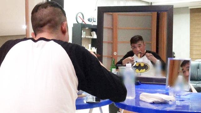 김건모, 쓸쓸한 라면 포식 '거울속 나는 식사중'